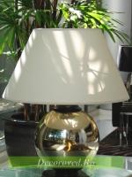 Настольный светильник с белым абажуром